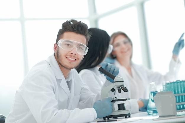 Close up.male wissenschaftler sitzen an einem labortisch. wissenschaft und gesundheit