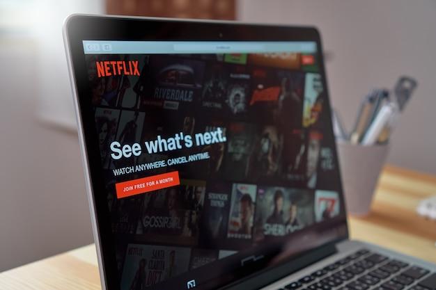 Close up netflix app-symbol auf dem laptop-bildschirm
