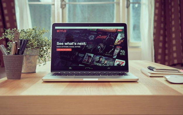 Close up netflix app-symbol auf dem laptop-bildschirm