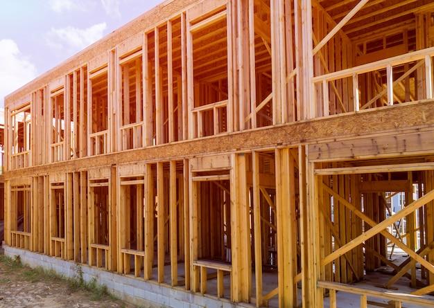 Close-up neuen stock nach hause gebaut im bau unter blauem himmel rahmung struktur holzrahmen von holzhäusern nach hause.