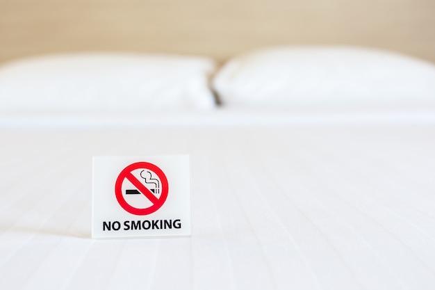 Close up nichtraucher zeichen auf dem bett im hotelzimmer