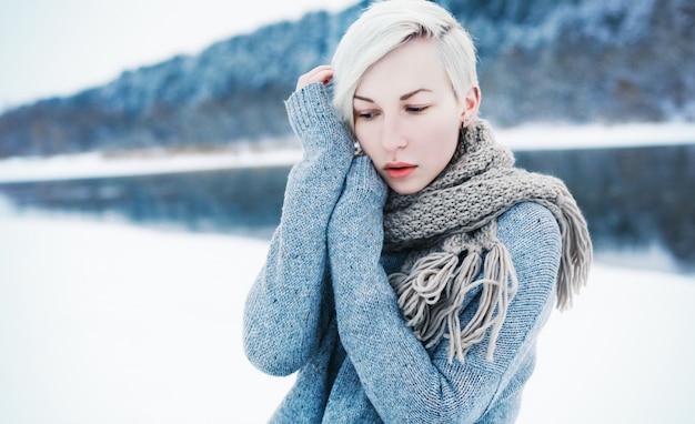 Close-up of blonde frau mit kurzen haaren in einem wintertag