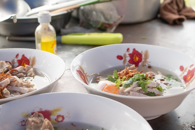 Close up of cooking vietnamesischen nudeln mit suppe mit reis fadennudeln.