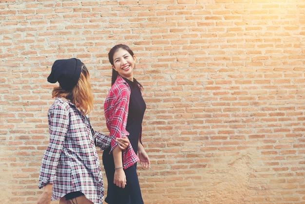 Close up portrait von zwei hübschen hipster zwei freundinnen lächeln,