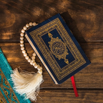 Close-up quran mit perlen