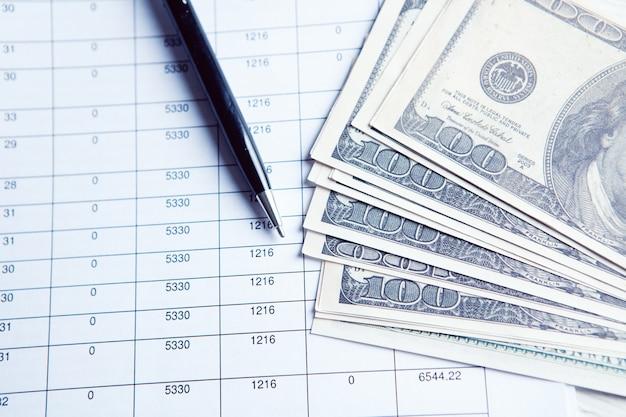 Close up rechner und finanzbericht - buchhaltungskonzept