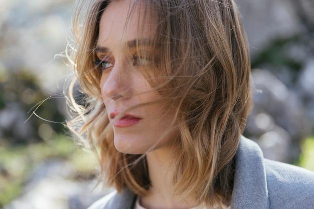Close up shot frau mit unordentlichen haaren