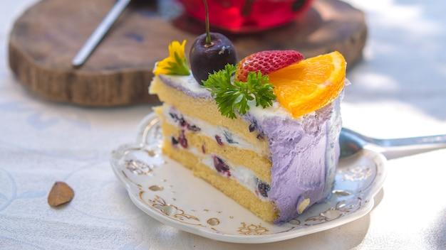 Close up slice geburtstag obstkuchen in teller