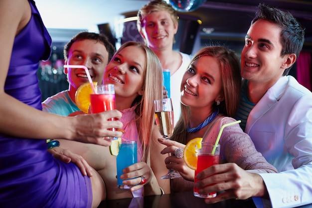 Close-up von bunten cocktails