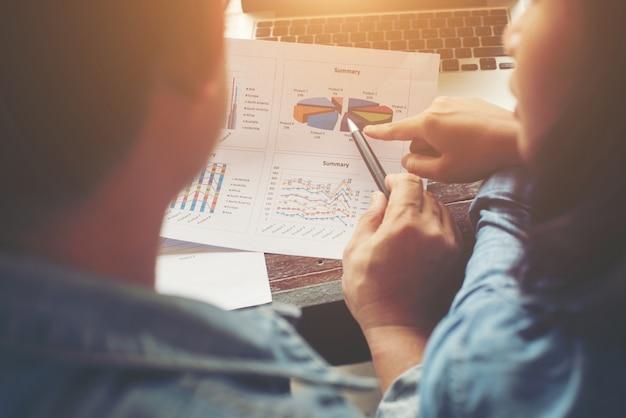 Close up von business-team treffen und diskussionsdokumente, tabellen ein