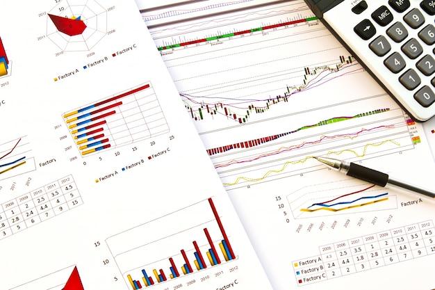 Close-up von dokumenten mit bunten graphiken