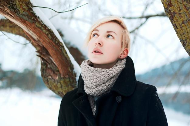 Close-up von einer frau mit kurzen haaren im schnee