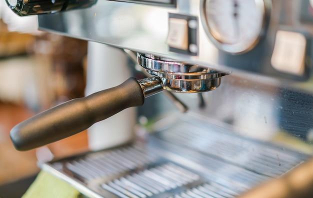 Close-up von espresso gießen aus kaffeemaschine.