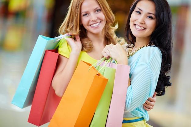 Close-up von frauen mit bunten einkaufstüten