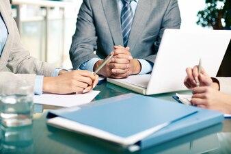 Close-up von Führungskräften am Tisch sitzen