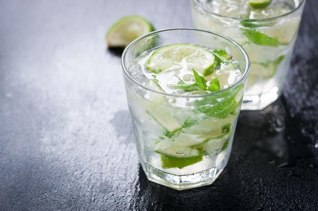 Close-up von glas mit zitronenscheiben und grüne minze