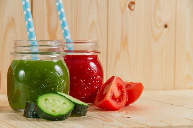 Close-up von gurken und tomatensaft