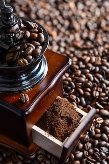 Close-up von kaffeemühle mit gemahlenem kaffee