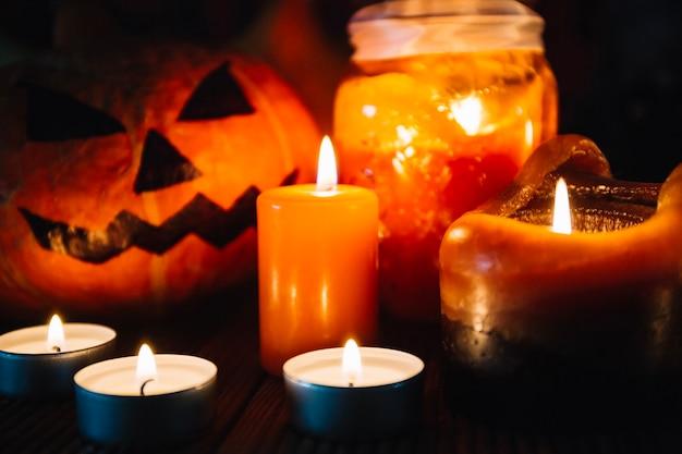 Close-up von kerzen und halloween kürbis