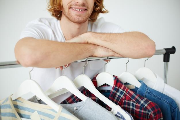 Close-up von kleidung auf bügeln