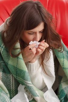Close-up von kranken mädchen mit einem gewebe in ihren händen