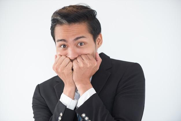 Close-up von nervösen geschäftsmann beißen nägel