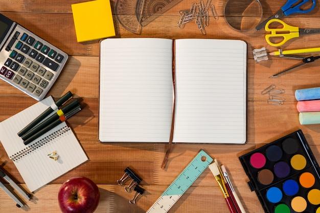 Close-up von open-tagebuch mit verschiedenen briefpapier