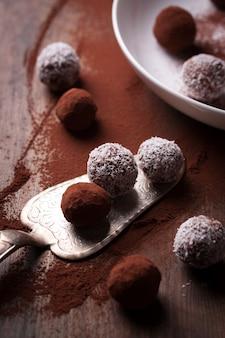 Close-up von schokolade mit kokos