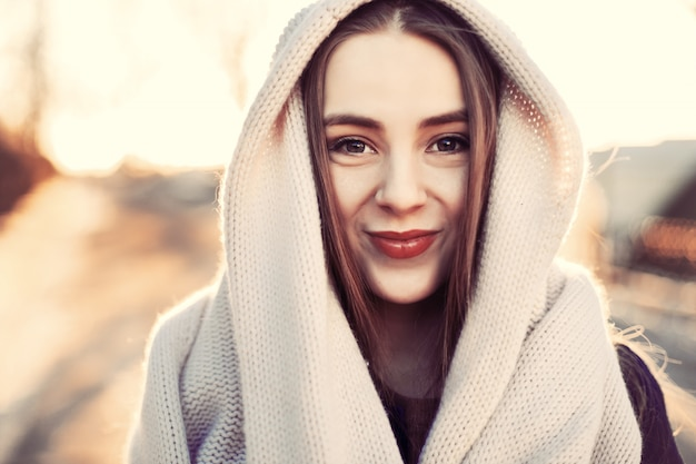 Close-up von teenager ihren kopf mit einem schal bedeckt