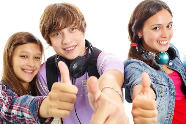 Close-up von teenager zeigt daumen nach oben