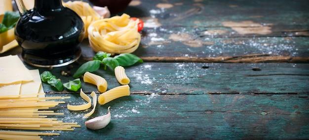 Close-up von tisch mit verschiedenen arten von pasta
