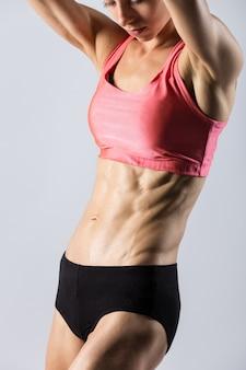 Close-up von torso der schönen athletischen frau