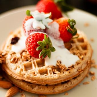 Close up waffeln mit erdbeeren und joghurt