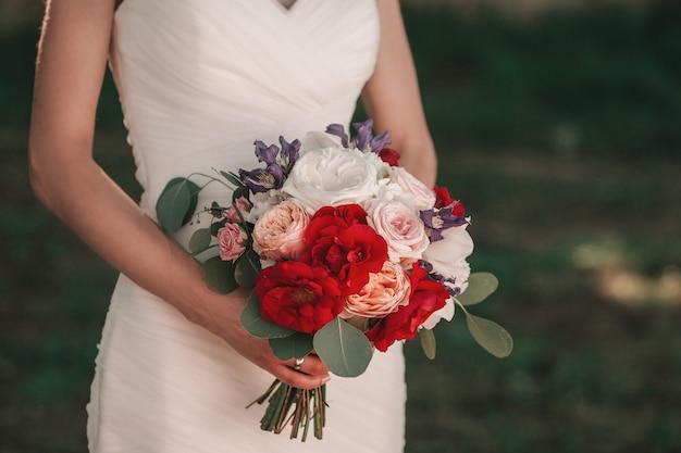 Close up.wedding bouquet in den händen der braut.