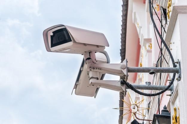 Closed-circuit-fernsehkamera lokalisiert auf weißem gebäudehintergrund. selektiver fokus
