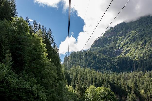 Closeup berge szenen, seilbahn zur trift bridge im nationalpark schweiz, europa. sommerlandschaft, sonnenscheinwetter, bewölkter himmel und sonniger tag