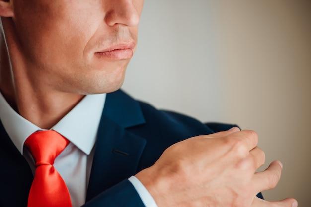 Closeup bräutigam hochzeitsanzug