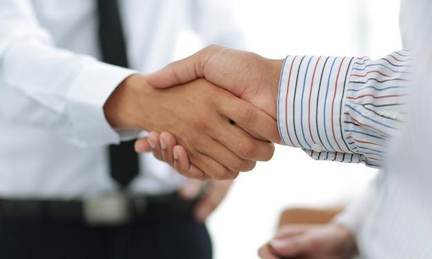 Closeup business handshake finanzpartner das konzept der unterstützung