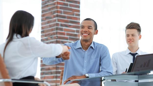 Closeup.ein handschlag eines managers und eines mitarbeiters im office.business-konzept