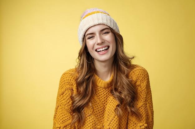 Closeup flirty kokett gutaussehend glücklich lächelnde frau lachend spaß haben interessante f...