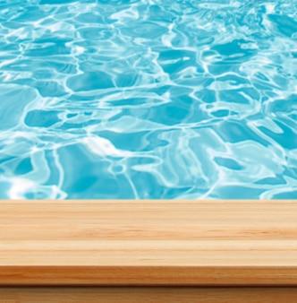Closeup freier hölzerner studiohintergrund neben swimmingpool - brunnengebrauch für gegenwärtige produkte.