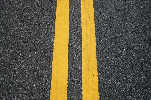 Closeup gelbes schild auf der straße., asphalt textur