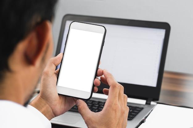Closeup geschäftsmann mit smartphone im büro arbeiten