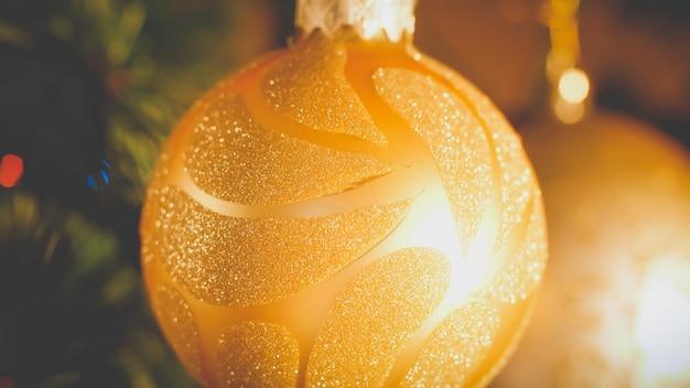 Closeup getönten bild von weihnachtskugeln am weihnachtsbaum. schöner retro-winterhintergrund