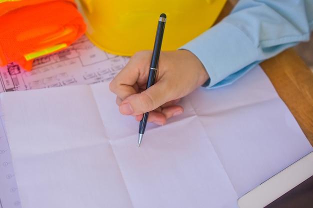 Closeup handschrift arbeit engineering design