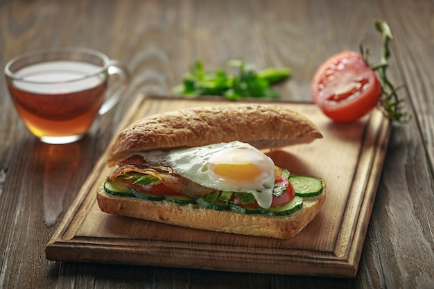Closeup leckeres sandwich auf einem schneidebrett.