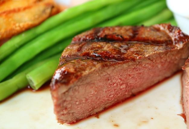 Closeup medium gegrilltes filet mignon steak in zwei hälften geschnitten mit köstlicher rosa brauner textur