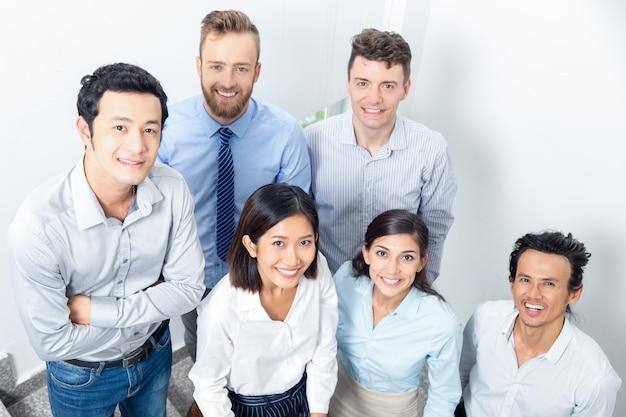 Closeup portrait der lächelnden business-team auf treppenhaus