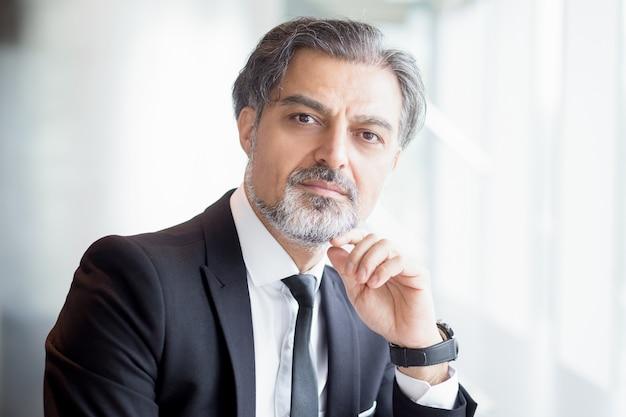 Closeup portrait von überzeugten business leader