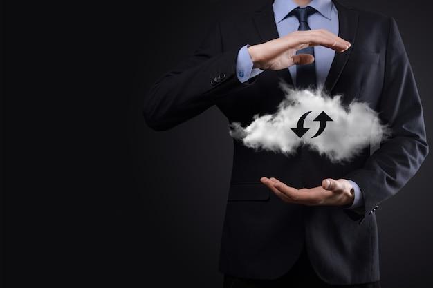 Cloud-technologie. polygonales wireframe-cloud-storage-schild mit zwei pfeilen nach oben und unten bei dunkelheit. cloud-computing, großes rechenzentrum, zukünftige infrastruktur, digitales ai-konzept. virtuelles hosting-symbol